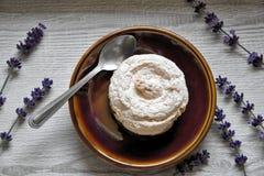 Moments de matin de relaxation et de relaxation avec du café et le dessert frais sur un fond en bois images libres de droits