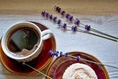 Moments de matin de relaxation et de relaxation avec du café et le dessert frais sur un fond en bois photo libre de droits