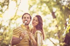 Moments de ressort Les couples heureux apprécient en nature au printemps photo libre de droits