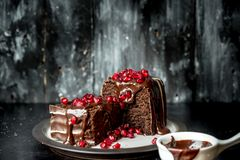 Moments doux - les 'brownie' ont versé le chocolat chaud et liquide et arrosé avec les graines rouges de grenade images libres de droits