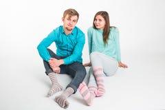 Moments drôles de portrait des couples enthousiastes dupant autour à l'appareil-photo sur le fond blanc Avoir l'amusement, week-e Image libre de droits
