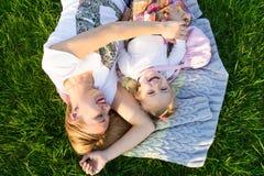 Moments heureux de famille Mère et fille souriant au parc Photographie stock