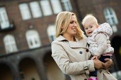Moments heureux de famille de maman et d'enfant en bas âge Soin d'enfance et de maternité Photographie stock