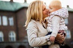 Moments heureux de famille de maman et d'enfant en bas âge Soin d'enfance et de maternité Images libres de droits