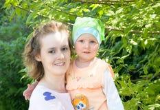 Momia con una hija imagen de archivo