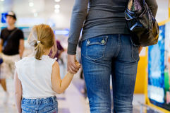 Momia con una hija en aeropuerto Fotografía de archivo libre de regalías
