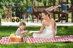 Momia durante comida campestre con el niño Imagenes de archivo