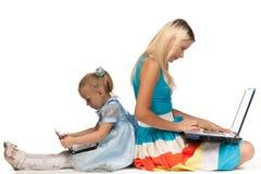 Momia e hija con el cuaderno Imagen de archivo libre de regalías