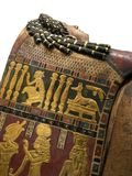 Momia egipcia que pone cerca de los sarcófagos Fotografía de archivo
