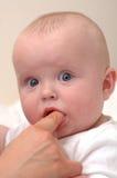 Momia que da la medicación de la dentición del bebé Foto de archivo