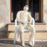 Momia que se sienta en la calle Foto de archivo libre de regalías