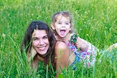 Momia sonriente con una hija Fotos de archivo