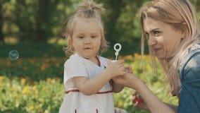 Momia y niño de la belleza en parque Familia, alegría del día del ` s de la madre Concepto de familia feliz metrajes
