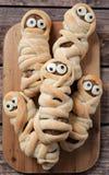 Momias asustadizas de la albóndiga de la salchicha de la comida de Halloween adentro Imagenes de archivo