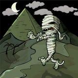 Momie égyptienne de dessin animé effrayant devant des pyramides Image stock