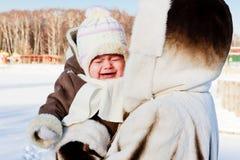 Momie avec la chéri pleurante à l'extérieur dans le froid Images libres de droits