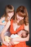 Momie avec un descendant et un gosse nouveau-né Photographie stock libre de droits