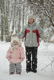 Momie avec un descendant sous la neige Photos stock
