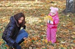 Momie avec une promenade de descendant en automne Images stock