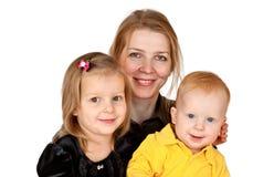 Momie et enfants heureux image stock