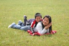 Momie et garçon de Palying Photographie stock