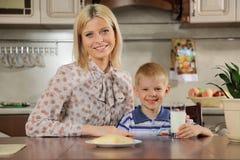 Momie et le fils au déjeuner Images stock