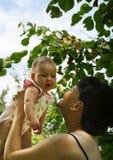 Momie heureuse et son enfant Image libre de droits