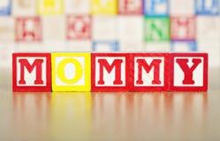 Mommy som stavas ut i byggande kvarter för alfabet Royaltyfria Bilder