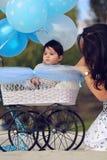 Mommyen och behandla som ett barn Fotografering för Bildbyråer