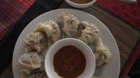 Momo - plat traditionnel du Népal Cuisine authentique Nourriture asiatique Vue supérieure clips vidéos