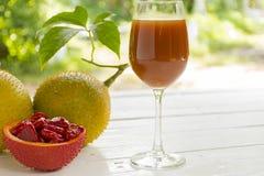 Momordica και φέτα και χυμός momordica στο ξύλινο άσπρο υπόβαθρο στοκ φωτογραφία με δικαίωμα ελεύθερης χρήσης