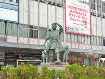 Momotaro et ses amis - singe, chien et faisan devant la gare ferroviaire d'Okayama Photos libres de droits