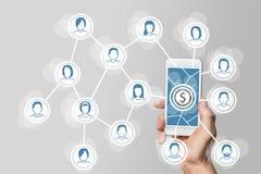 Monétisation des réseaux sociaux par l'intermédiaire du marketing viral et mobile avec la main tenant le smartphone Photos stock