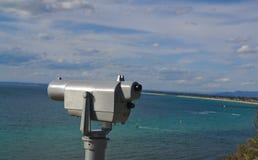 Monóculo de visita turístico de excursión en la playa imágenes de archivo libres de regalías