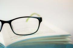 Monóculos da leitura com livro aberto Fotografia de Stock