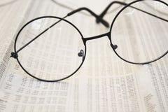 Monóculos em papéis da contabilidade fotografia de stock royalty free