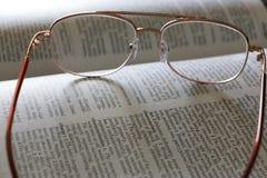 Monóculos em um dicionário Imagens de Stock Royalty Free
