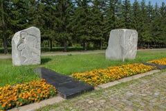 Monólitos do granito na estrada da guerra com os anos cinzelados e os episódios militares Parque da cultura e do resto nomeados e Imagem de Stock Royalty Free