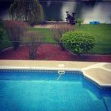 Mon beau lieu de rendez-vous de piscine et de lac Photos stock