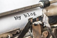 Mon blog a dactylographié des mots sur une machine à écrire de cru Fin vers le haut photo libre de droits