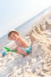 Mon château de sable sera le plus beau ! Images libres de droits