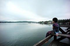 Mon chłopiec siedzi na bridżowych atrakcjach turystycznych w Sangkhla b zdjęcia stock