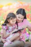 Mon en de baby nemen tablet Royalty-vrije Stock Afbeelding