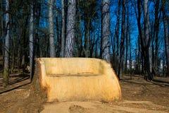 Mon espace en nature : grand sofa en bois écologique i Photo stock