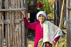 Mon kobiety niezidentyfikowane stare etniczne pozy dla fotografii. Zdjęcie Royalty Free