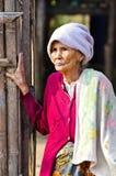 Mon kobiety niezidentyfikowane stare etniczne pozy dla fotografii. Fotografia Stock