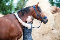 Mon meilleur ami La jeune adolescente étreint son cheval préféré Photo libre de droits