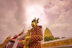 Mon stylu strażnika statua przy wejściem Puttakaya chedipagoda, Sangkhlaburi okręg, Kanchanaburi, Tajlandia Fotografia Royalty Free
