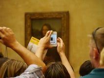 Mona Lisa i moderna tider, till och med iPhonen på Louvre Arkivbild