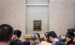 Mona Lisa, malować Leonardo Da Vinci z zatłoczonymi turystami w Le Louvre Muzeum w Paryż, Francja na Czerwcu 3, 2019 zdjęcie royalty free